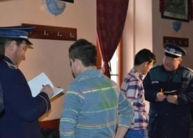 21 de elevi chiulangii, prinși de polițiști într-un club din Roznov